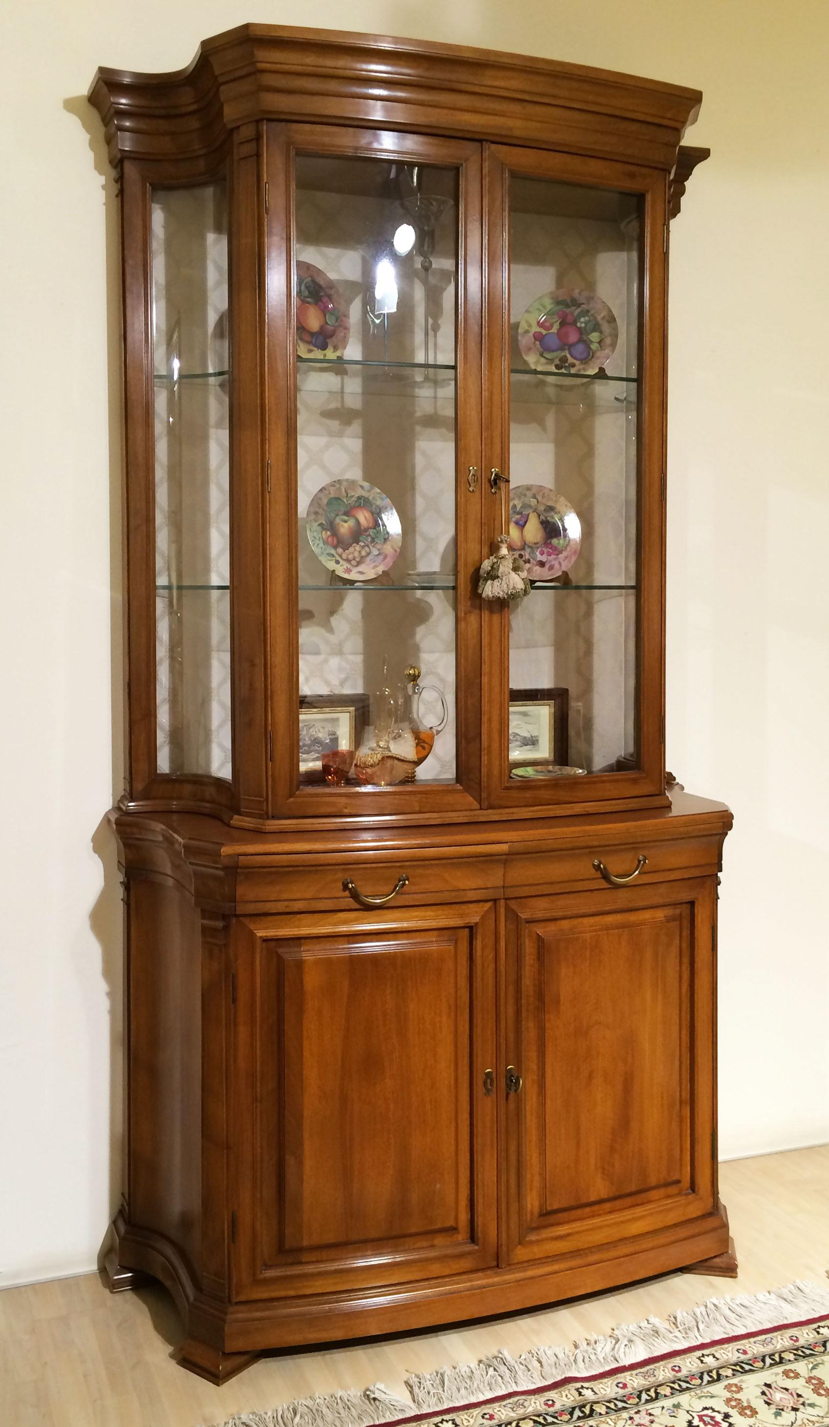 Vetrina stile 800 in legno massello noce chiaro newformsdesign mobili classici e di - Mobili classici legno massello ...